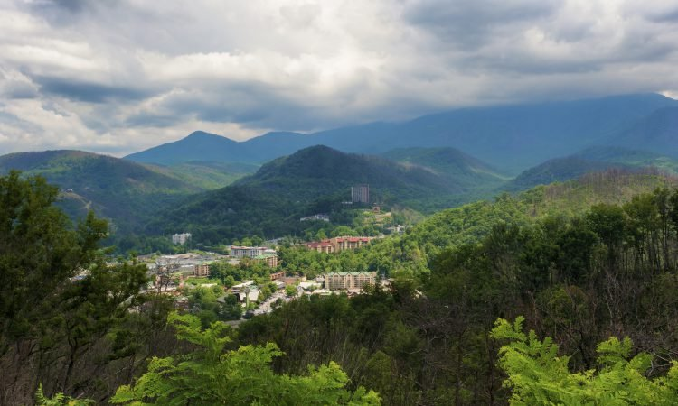 GATLINBURG VS. PIGEON FORGE: WHERE SHOULD I VACATION?